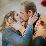 Couple en train de s'embrasser derrière des fleurs à Auch Gers