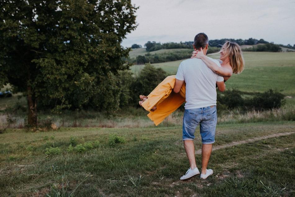 Une jupe jaune à faire tourner pour cette valse d'amoureux et futurs parents près de Auch dans le Gers