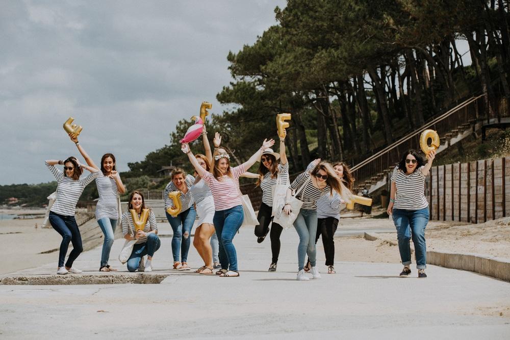 Evjf de folie les filles dansent sur la promenade à Arcachon dans les Landes