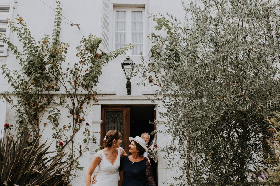 Mère et fille en ce matin de mariage bohème au château d'Amou dans les Landes