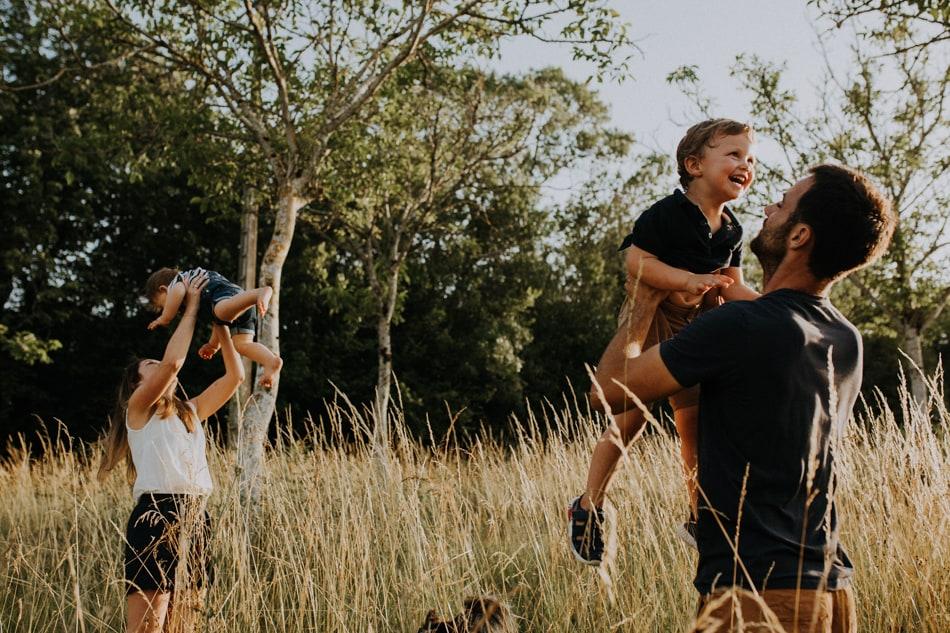Parents et leurs enfants jouant dans un champ près de Auch