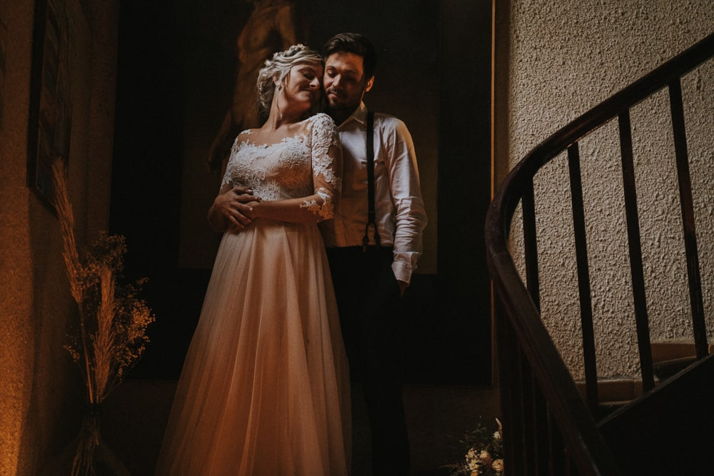 Mariés dans un escalier mariage intimiste à Auch Mariage intimiste, au domaine de la Tricherie à Crastes dans le Gers pour un shooting d'inspiration mariage intimiste et romantique avec MGphotographies