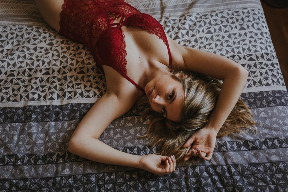 Etre détendue en séance photo boudoir à Auch, Gers, avec MGphotographies