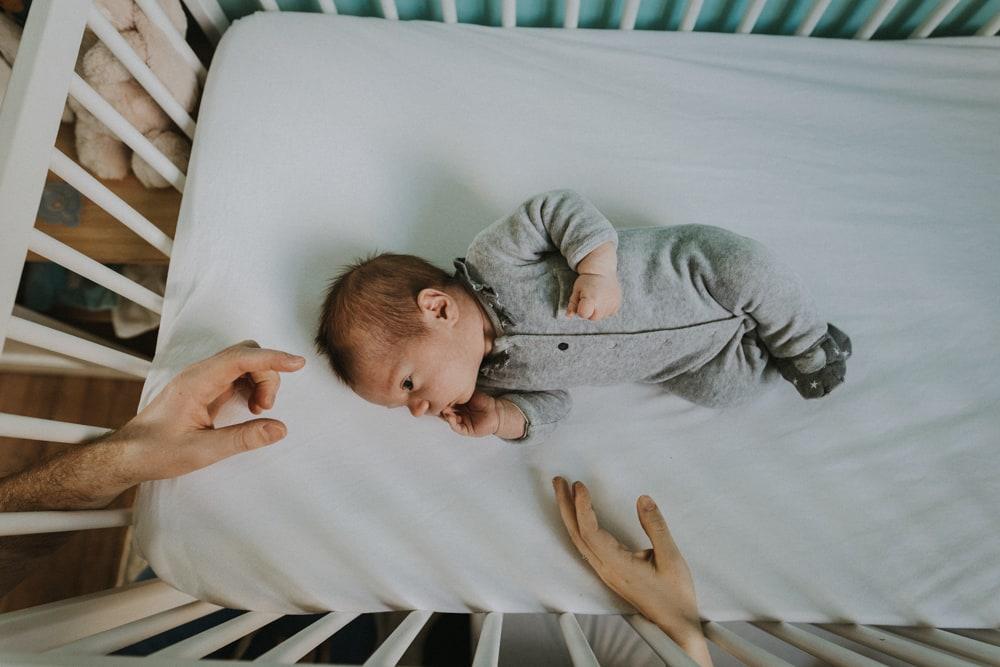 Bébé dans son lit, séance bébé à Toulouse, MGphotographies