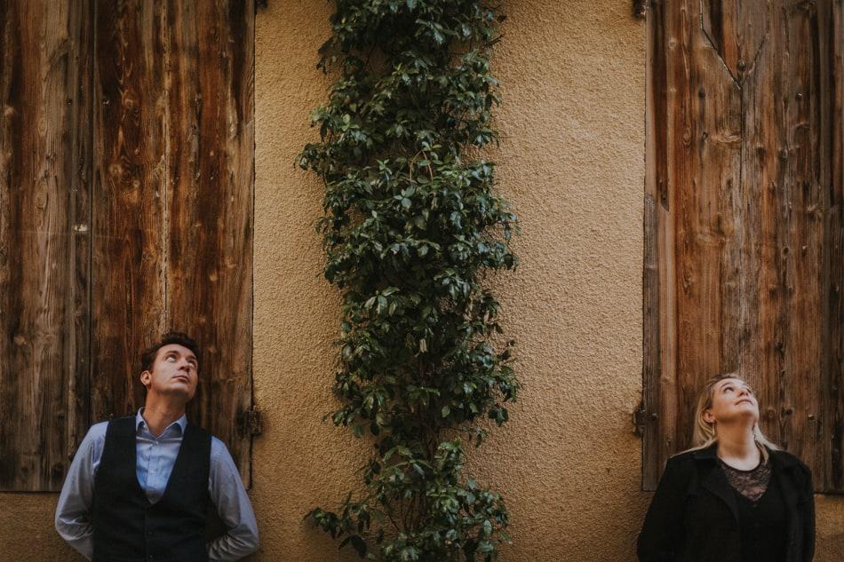 Deux amoureux qui regardent vers le ciel en séance photo couple dans le Gers