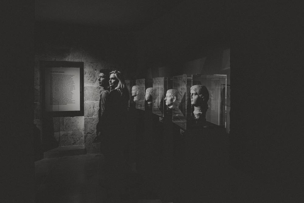 Des sculptures et des amoureux, en séance photo au musée, MGphotographies