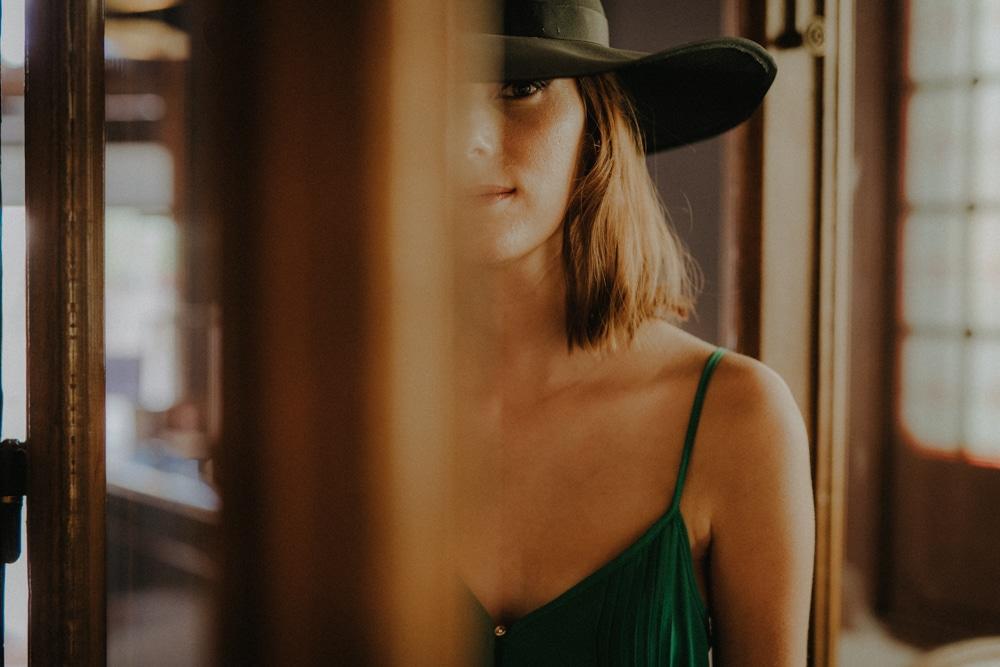 Femme au chapeau, entre les portes, MGphotographies, Lausanne