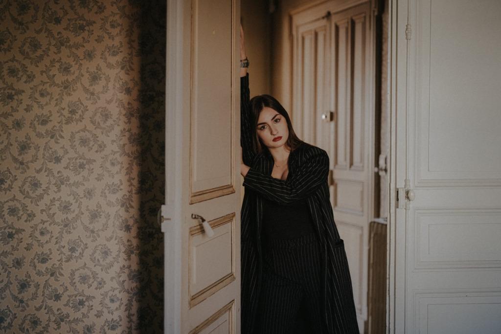 femme appuyée à une porte, MGphotographies, lausanne
